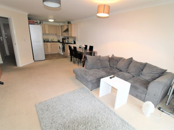 1 Bed Apartment Flat/apartment For Sale - Photograph 2