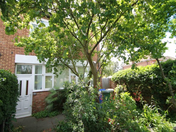 4 Bed Semi-detached House To Rent - Photo