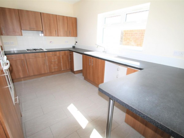 4 Bed Detached Bungalow To Rent - Photo