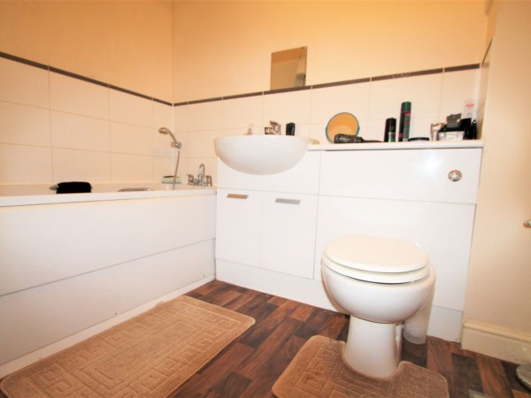 2 Bed Flat Flat/apartment For Sale - Bathroom